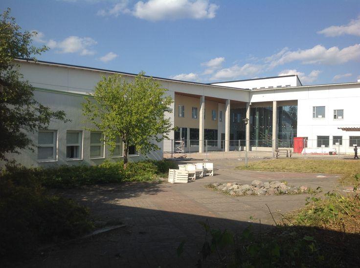 Vanhan koulun pihalta katsottuna