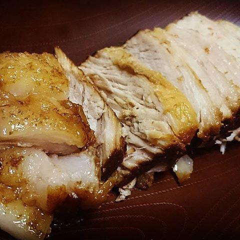 ・・・H29.5.30・・・ 豚肉ロースブロックの安さとビジュアルに惹かれて購入💸💸💸 なんと600g笑 (100gあたり76円) 思いたって、チャーシュー作った!もちろん初めて💓 醤油と酒とみりんと水と砂糖で、肉とネギの緑のところと生姜を2時間ちょっと煮込みました🍲 これがねぇ……バカ美味い!!!みんなにも食べさせたいくらい! 新しい料理覚えたぞー! #料理#料理男子#チャーシュー#豚ロースブロック#肉#煮込#じっくりコトコト#美味#美味しい#いただきます#ごちそうさまでした#meat#cooking#cookingram