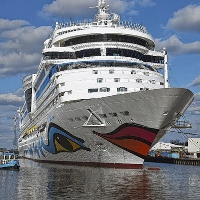 """Die """"AIDAmar"""" auf dem Weg in Richtung Emden. Leinen los in #Papenburg, unsere Reporter berichten live vom Deich. #Aida #Schiff #Kreuzfahrt www.noz.de/63077031"""
