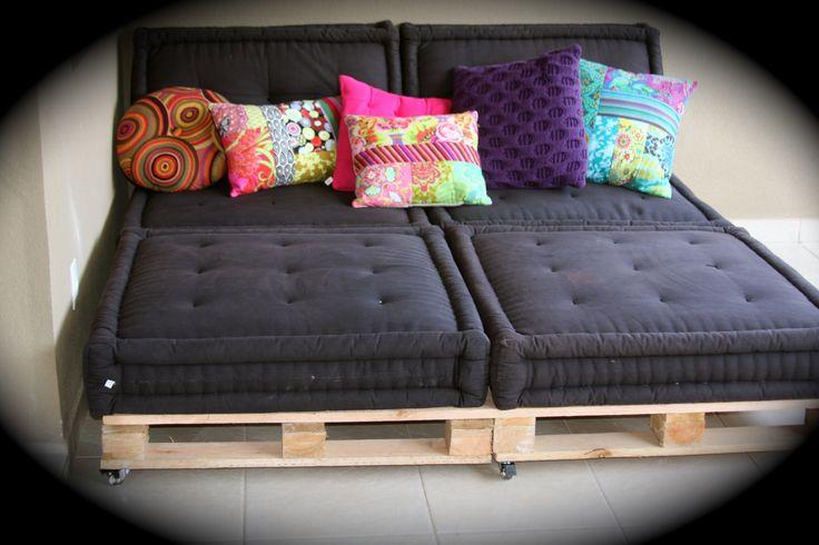 """Dolce far Niente No estilo faça você mesmo (ou mande fazer você mesmo, como no meu caso), aqui em casa resolvemos reaproveitar os famosos Pallets de madeira. """"Colocamos"""" rodízios, os futons do ap antigo, váááárias almofadas e agora é só relaxar!!"""
