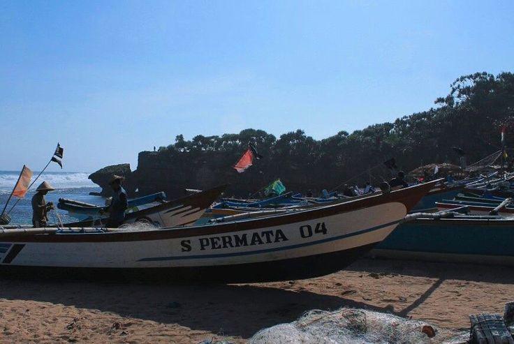 .. Nelayan dan kapal S Permata 04 yg bersandar di pantai kodok. #pantaikodok #visitindonesia  #visitjogja #visitgunungkidul  #explorejogja  #sea Re-post by Hold With Hope