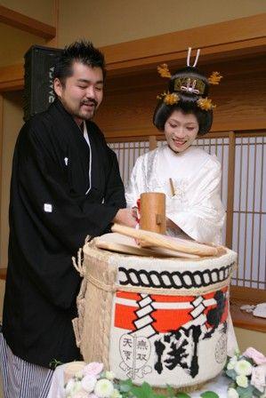 年配ゲストも喜ぶ「大関」の酒樽☆ 鏡割りで使いたい酒樽のアイデア。披露宴の参考に♪