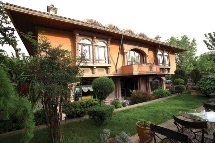 HOTEL SULTANAHMET PALACE  Hotel Sultanahmet Palace, tarihi Yarımada'nın göz bebeği olan meşhur meydanda, ince işçiliği ve 20.000'i aşkın İznik çinisiyle tüm dünyada hatrı sayılır bir üne sahip.  Bu özel butik oteli daha yakından tanımak için; http://www.butikoteller.com.tr/property/sultanahmet-sarayi-hotel