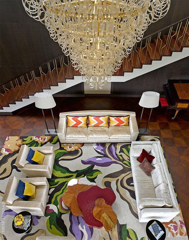 Гостиная. Диван изколлекции Mood, Flexform; люстра Ciocca, deMajo; столик у дивана Nenuphar, Ginger & Jagger; торшеры, Promemoria.