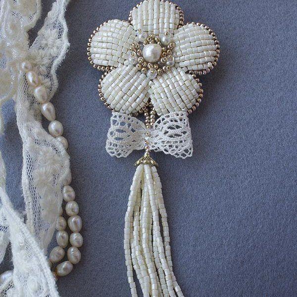Ещё одна брошь-цветок из бисера с кистью. Аналогичная уже была, эта сделана на заказ. Очень мне нравится этот бисер с огранкой и мягким неярким блеском, напоминает природный материал. Некоторые бисеринки имеют другой оттенок, что ещё больше делает его похожим на натуральный камень.  #брошь #брошьручнойработы #подарок #handmadejewelry #brosche #beads #handmadebrooch #embroidery