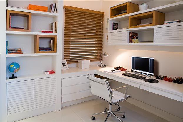 Home Office branco com nichos em tom de madeira