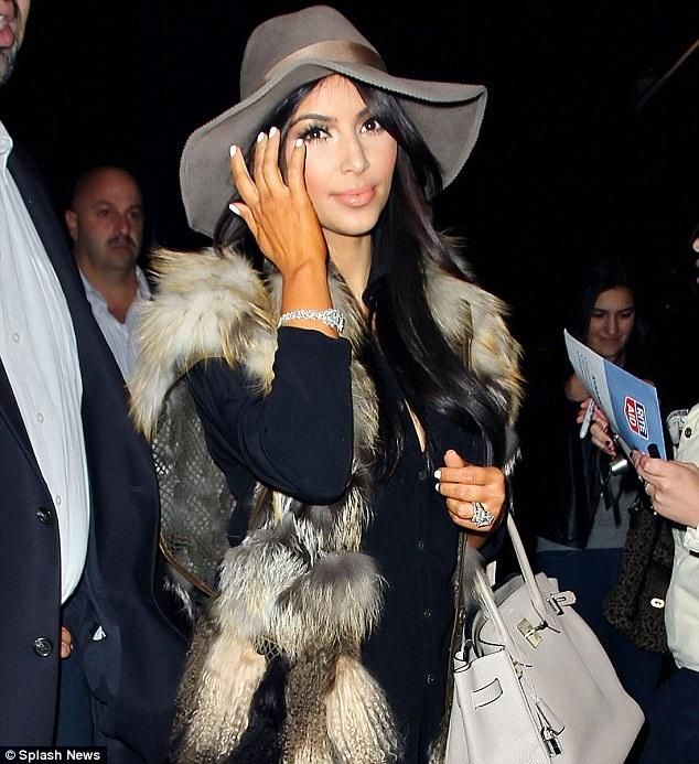 Kim Kardashian. - A Kim se le olvidó unificar el tono de su cara con el de su bronceado artificial.