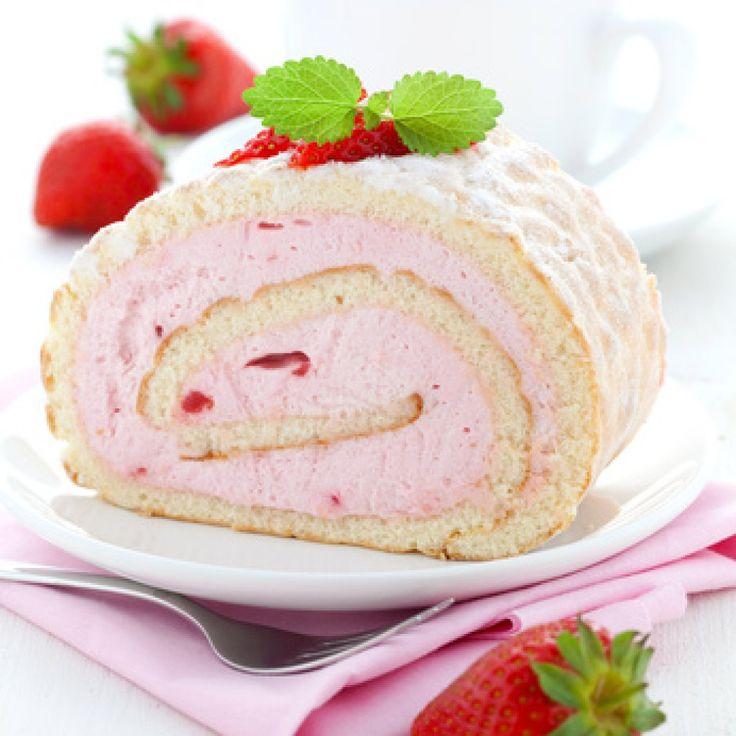 Das Rezept für die feine Biskuitroulade mit Erdbeercreme wird mit vielen frischen Erdbeeren zubereitet.