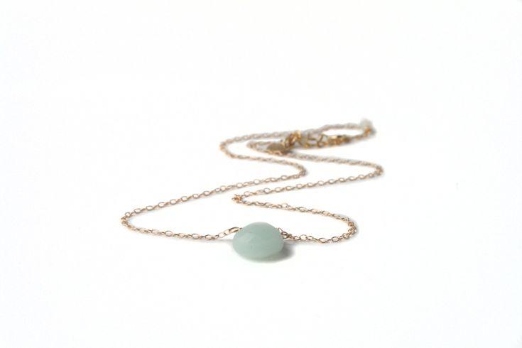 Ketting, minimalistisch, met amazoniet en goldfilled materialen. Met een bedel hartje kan gepersonaliseerd worden