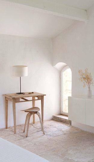 À l'ombre du Petit Luberon, Hélène et Jean-Pierre Richard, créateurs de la marque Modderne, ont restauré un mas bicentenaire désormais à louer. Amateurs de desi