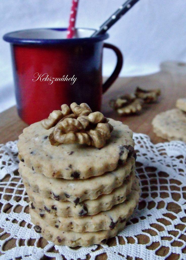 A zserbó az zserbó. Egyedi, és utánozhatatlan. Azonban a zserbó ízvilágát becsempészhetjük más desszertekbe is, mint például ezekbe a kekszekbe itt...