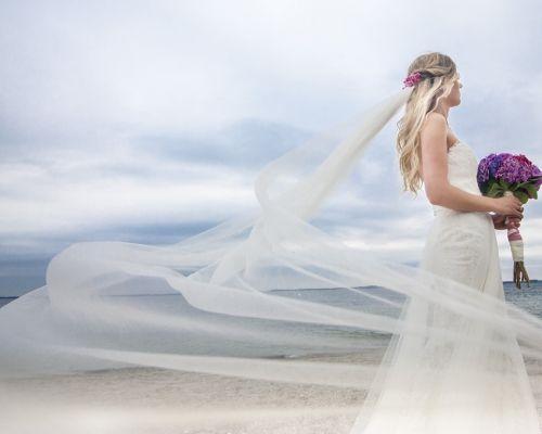 Braut und Bräutigam am Strand von Mallorca