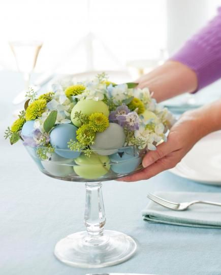 Get ideas for easy Easter decorating, including Easter centerpieces, Easter table settings and decorating tips for simple Easter eggs.