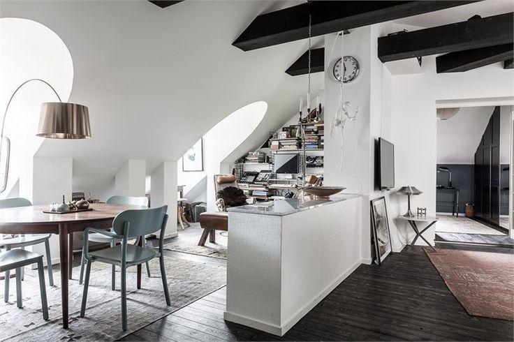 Svårslagen vindsvåning på Norr Mälarstrand med utsikt över Riddarfjärdens glittrande vatten. Synliga takbjälkar, vackra och djupa takkupor. Fint renoverad med påkostade materialval och en perfekt planlösning med plats för stora sällskap.