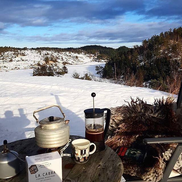 Perfect place to enjoy your #KaffeBox  # @snalfill   == KaffeBox Meber Post == Livsnyter på verdens ende  i dag  Deilig #lacabracoffee i sola  gikk fint sammen med boka jeg leser nå  Kaffen er månedens fra @kaffebox   #verdensende #kaffebox #primus #primusomnifuel #måbarelese #everytimeiscoffeetime #bookstagram #lesehest #cillarolfbörjlind  #vinter2018 #visitnorway #vintersol #mummikopp #mummitrollet #norway #utånytesola #nofilter #nofiltersneeded #muminmugg