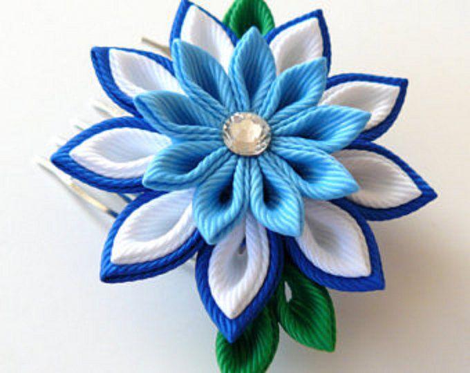 Un fiore è fatto nella tecnica di tsumami kanzashi.  Fiore è composto da nastri di gros grain.  D di fiore è ~ 2 pollici (4-5 cm), lunghezza di caduta è ~ 5 pollici (13-14 cm).  A richiesta può essere fatta da un fiore di una combinazioni di colore diverso.  Il mio lavoro manuali possono essere un regalo unico per voi, la vostra famiglia e gli amici!  Per più articoli, si prega di visitare il mio negozio casa: http://www.etsy.com/shop/JuLVa