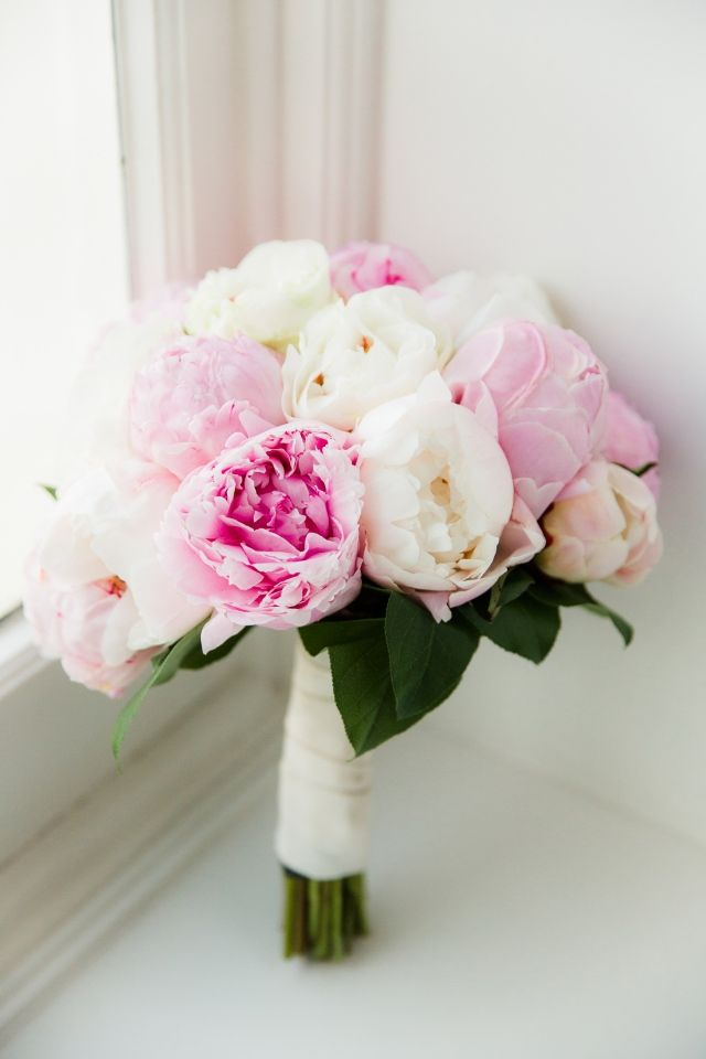 #bruidsboeket #pieonrozen #wit #roze #trouwen #bruiloft #inspiratie #wedding #bouquet #peony #inspiration Trouwen in de oude Raadzaal in Den Haag | ThePerfectWedding.nl | Fotocredit: Anouschka Rokebrand Photography
