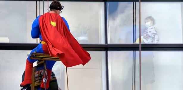 """""""Superhéroes"""" Limpian Ventanas Para Alegrar Niños Enfermos"""