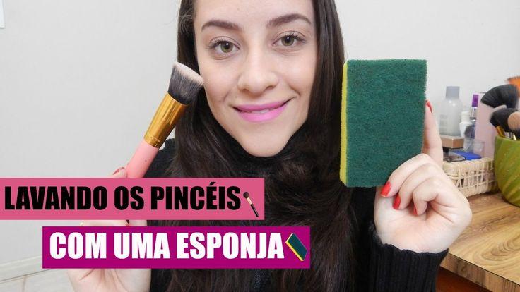 LAVANDO OS PINCÉIS COM UMA ESPONJA DE LOUÇA