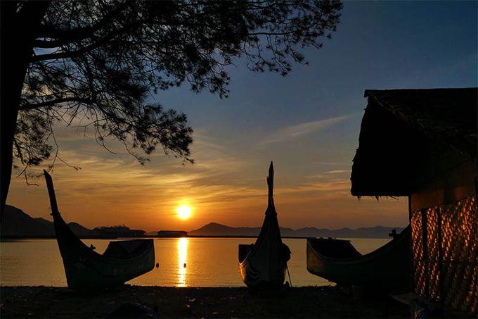 WinNetNews.com - Pantai yang anda lihat ini adalah Pantai Pasie Peunyi, di Pulo Aceh, Aceh Besar.Tempat ini merupakan salah satu spot pantai yang belum begitu terjamah wisatawan.Letaknya yang menghadap ke barat menjadikan Pasie Peunyi sebagai tempat yang sangat tepat untuk menikmati matahari terbenam.Untuk