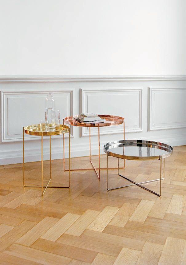 #e15 CM05 Habibi #salontafel / #bijzettafel is een elegante tafel die in diverse varianten verkrijgbaar is. Op deze manier is er altijd wel één die goed in jouw huiselijke of zakelijke interieur past. Het dienblad is afneembaar en daardoor los bruikbaar. Erg leuk om zo nu en dan op tafel te zetten met mooie accessoires erop. Prachtige koperen tafel.