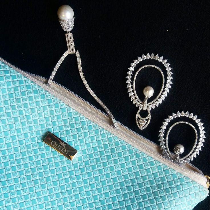 As pérolas são clássicas e agradam qualquer mulher!  São o presente ideal para o dia das mães ou dia dos namorados.    Compre joias no atacado com a Queen Joias💎  www.queenjoias.com.br        #joias #atacadodejoias #joiasnoatacado #atacado #revender #revenderjoias #dinheiro #extra #dinheiroextra #alta #joalheria #altajoalheria #prata #925 #prata925 #ródio #jewelry #jewels #presente #para #namorada #dia #namorados #mães #mãe #dica #criativo #criativa