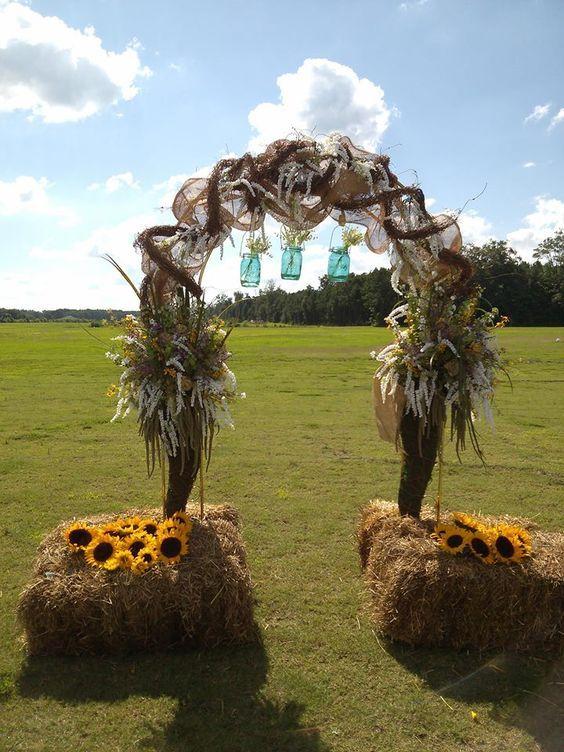 Country outdoor wedding idea / http://www.himisspuff.com/fall-wedding-arch-and-altar-ideas/2/