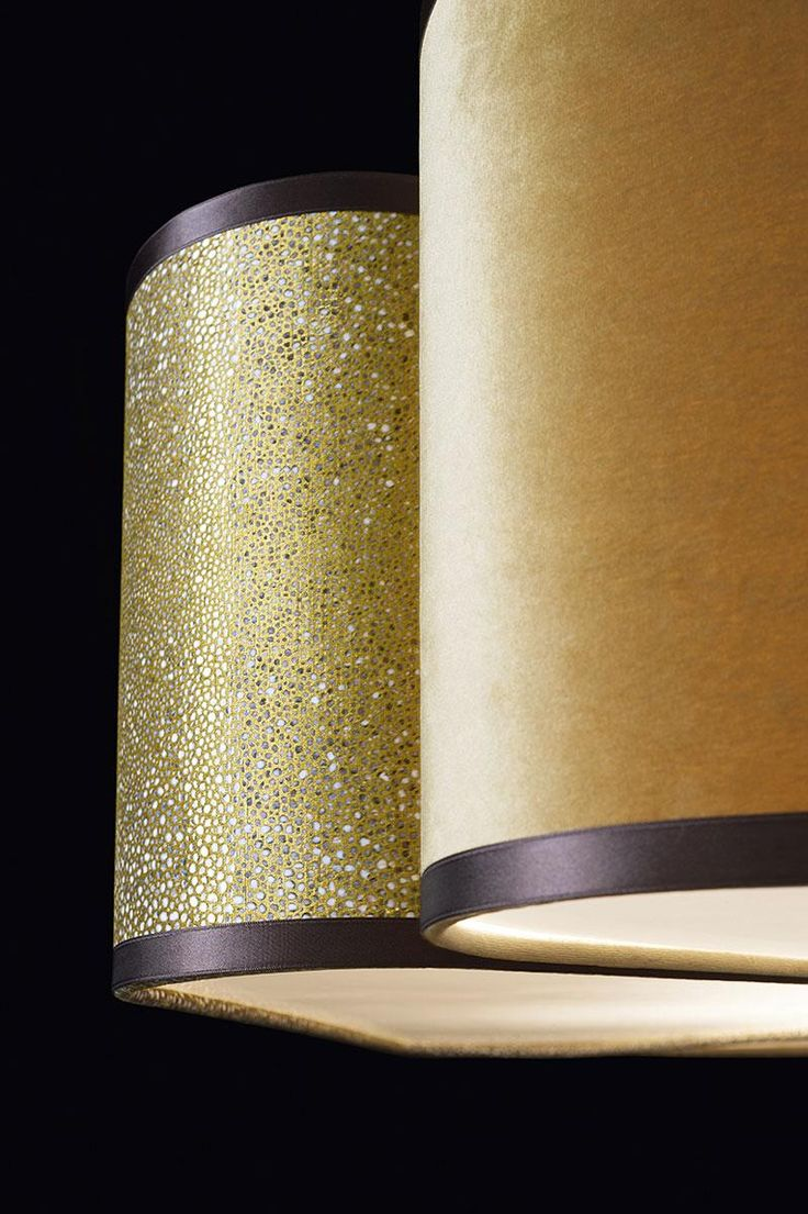 play with the subtle four-leaf clover design and the satin finishings of the lampshade, to create an ambient of sophisticated, upscale class. Detail of the lampshade of the Quadrifoglio hanging lamp by Oasis, which comes with adjustable cables. Its Deluxe version sports a metal stem in antiqued gold finish.
