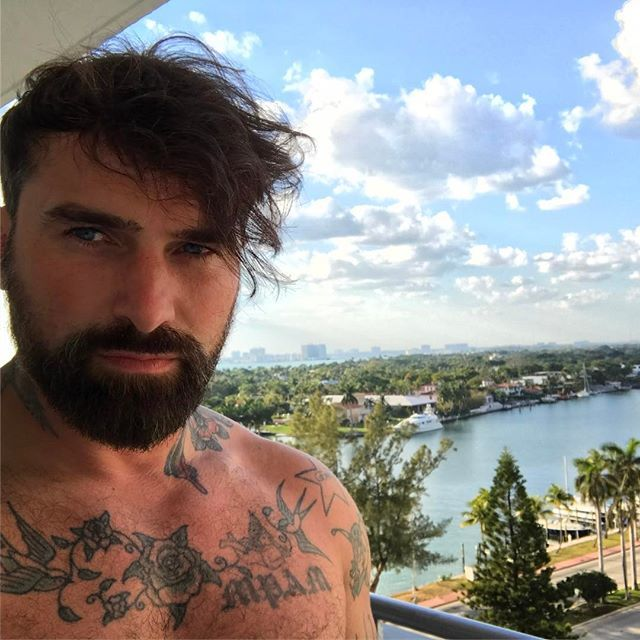 Miami hotel balcony workout done slowly packing it back on after my 21kg weight loss thanks to #mutiny ☠️ That's exactly how we should tackle life, little positive footsteps by little positive footsteps nothing happens over night! Head down, work hard with persistence & positivity #overtoyou #youreincontrol #zeronegativity