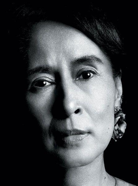 Aung San Suu Kyi, mujer por la democracia, dejando todo. Aun lejos de su familia, defendiendo la libertad en prision en su propia tierra, la orquidea de hierro.
