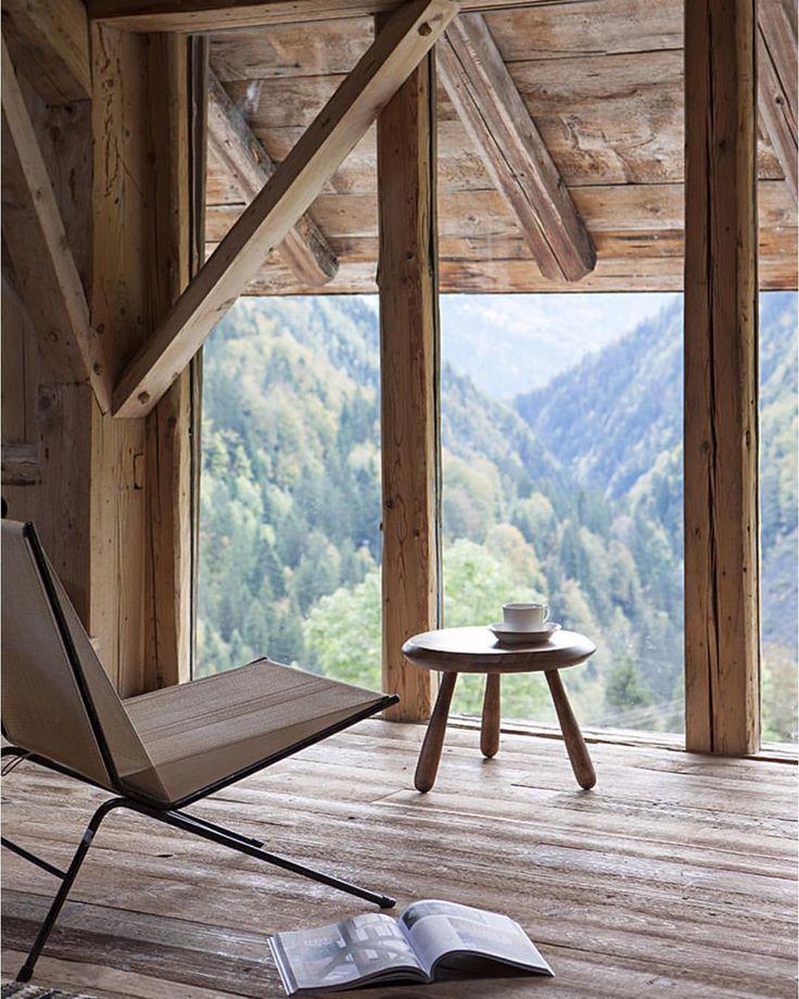Vinduer fra gulv til tak gjør at utsikten til skogen kan nytes til fulle - Les KJÆRLIGHET TIL FJELLET - hytteinspirasjon i den nye utgaven. Foto: Éric d'Hérouville photo by #interiørmagasinet