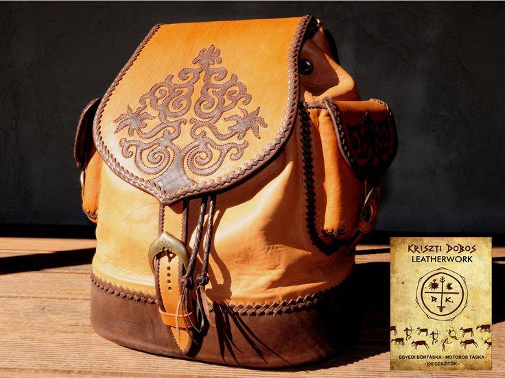 Hátizsák négyféle bőr összekombinálásából, indás-kacskaringós-életfás bőrrátét díszítéssel, kézi bőrfűzéssel. Rucksack with traditional hungarian leather applied ornaments. Leatherwork by Kriszti Dobos - leatherwork.hu