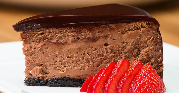 Chutný cheesecake s čokoládovou penou a polevou sa rozplýva na jazyku. Pri pohľade na jeho krém sa zbiehajú slinky. Pre čokoholikov je veľkým pokušením!