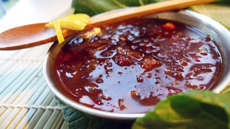 Nog op zoek naar een pittige, zoet-zuur voor over vlees of vis? Deze hete ketjapsaus van Beb Vuyk is erg goed. We eten 'm met gebraden karbonaatjes.