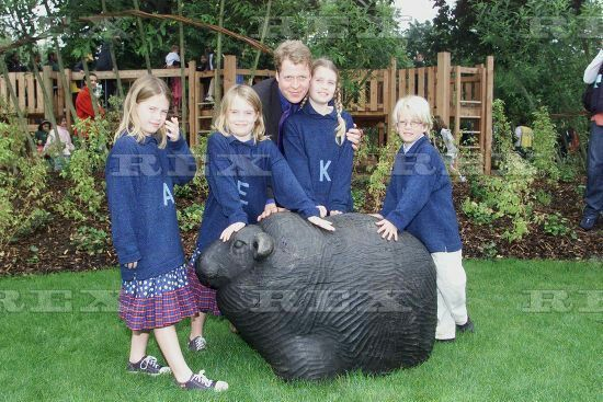 PRINCESS DIANA MEMORIAL PLAYGROUND  PRINCESS DIANA MEMORIAL PLAYGROUND - EARL SPENCER WITH CHILDREN LOUISE , ELIZA AND KITTY AT THE OPENING  30 Jun 2000