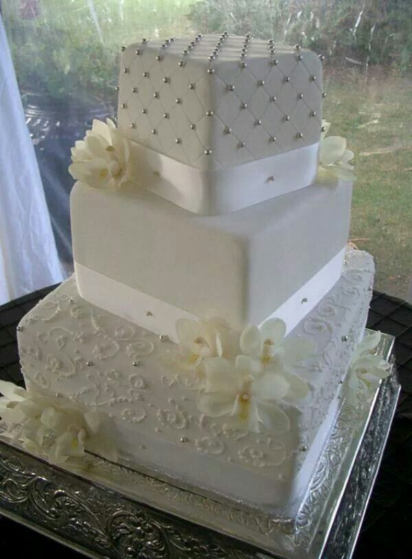Engraved and beaded cake