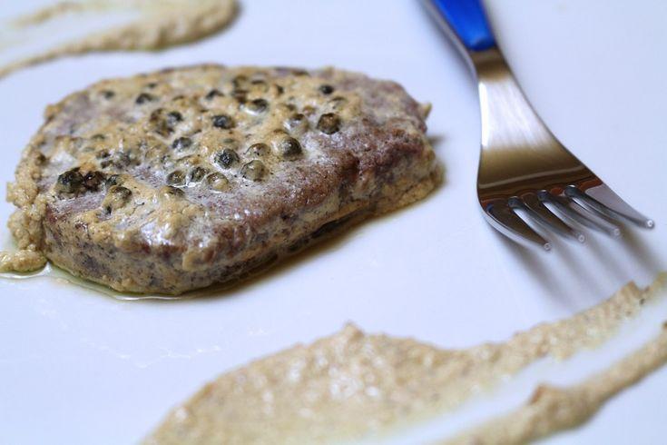 Il filetto al pepe verde è un secondo piatto classico e molto amato, adatto alle situazioni più eleganti e formali. Vediamo la ricetta
