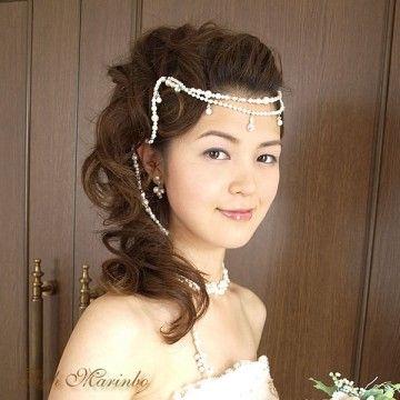 ポンパドールの前髪×ハーフアップにラリエットを合わせて ウェディングドレス・カラードレスに合う〜ポンパドールの花嫁衣装の髪型一覧〜