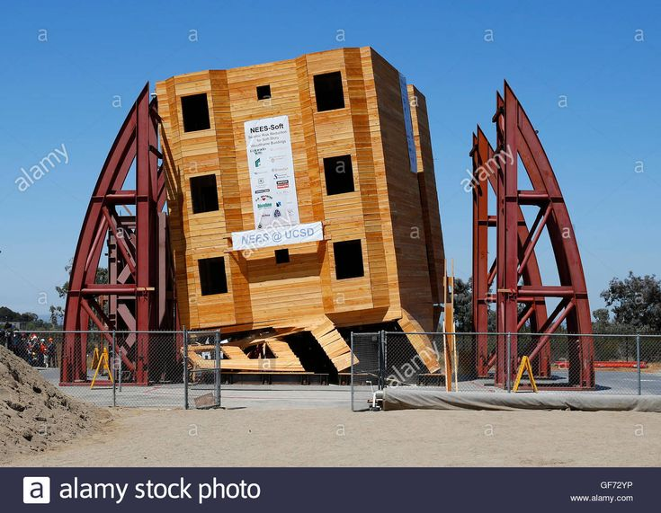 Download this stock image: A four-story wood frame building is tested under the conditions of a number of historical earthquake data using the World's largest outdoor shake table by researchers at the University of San Diego California in San Diego, California, August 17, 2013. Researchers replicated a number of California earthquakes including the 7.2 magnitude Cape Mendocino earthquake of 1992, the 6.7 magnitude Northridge earthquake in 1994 and the 6.9 magnitude Loma Prieta earthquake ...