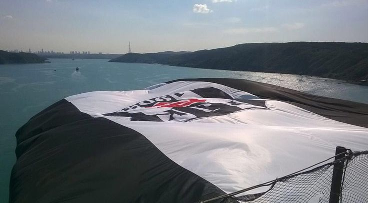 Beşiktaş bayrağı 3. köprüye asıldı!