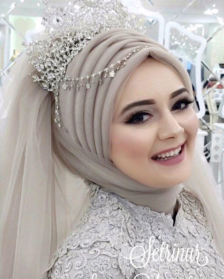 Setri Nur Meryemce Modelimiz.. Nişanlık: @setrinur Baştasarımı Porselen Makyaj: @yurtalansuna Aksesuar: @setrinur #tesettür #tesettürbaştasarım #ankara #gelinlik #nişanlık #abiye