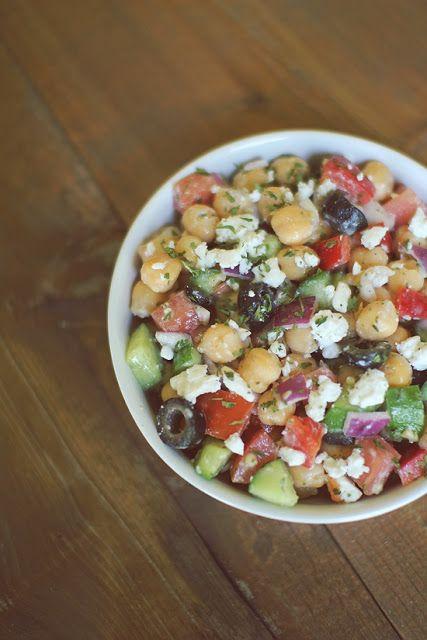 Recetas de Tupper –ensalada de garbanzos /  un bote de garbanzos cocidos. - tomates cherry. - queso feta.  - aceitunas negras.  -1 pepino. especias, sal, aceite de oliva y vinagre balsámico