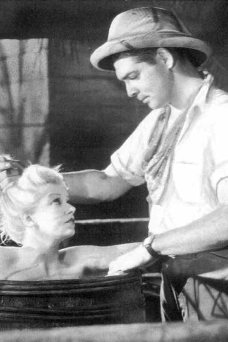 Jean Harlow and Clark Gable in conversation. Red Dust (1932)