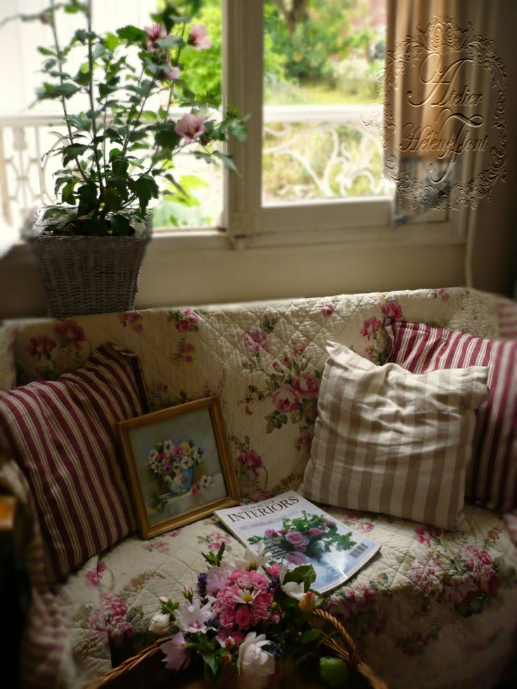 440 best images about cottage living rooms on pinterest for Style shabby romantique