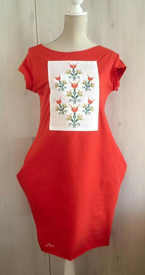 dress with pockets made of cotton and decorated with traditional romanian embroidery