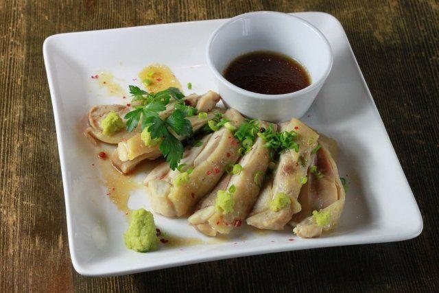 3月4日のNHKあさイチでは「鶏むね肉」が特集されました! 番組に登場した鶏胸肉が柔らかくなるブライン液&鶏胸肉のコルドンブルー風レシピをご紹介します♪  ブライン液の作り方 低カロリーで高たんぱくな鶏胸肉に今人気が広がっています! サラダチキンなどはとても美味しいですよね♪ フランスだともも肉より高価で人気があるそうです! そんな鶏胸肉をしっとり柔らかくジューシーに仕上げる技が紹介されました♪ それは塩水の「ブライン液」というものです。 この液に漬けこむだけでとっても柔らかくなるんです! 材料 <ブライン液> 水 100㏄ 塩 5g 砂糖 5g 作り方 1、ブライン液を作る。 液が染み込みやすくなるように竹串で鶏胸肉に穴をあけ、4時間~一晩お肉を漬けておく。 その後蒸す、焼くなどお好みの調理法で調理します。 注意すべき点はあまり火を通し過ぎてしまうと固くなりやすいので、火加減は調節してください♪ 鶏肉の他にもヒレ肉など、どちらかというとパサつきやすいお肉に使うとしっとりさせることが出来ます。 色々活用したいですね!…