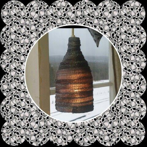 En halv colaflaske og litt garn, så har du en ny lampe.