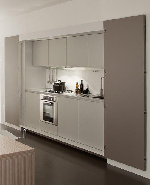 Detrás de las puertas se encuentra el fregadero, la estufa y el horno.