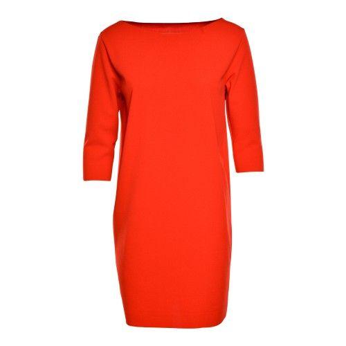 Rode crêpe jurk in één stuk, zonder naden. Licht elastisch. De pop draagt S/M.