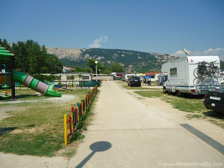 Auf dem Campingplatz in Baska können die jüngsten Familienmitglieder in Ruhe spielen.